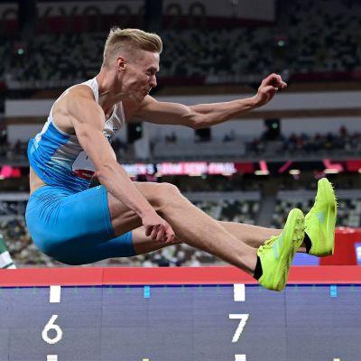 Kristian Pulli hoppar längd i OS-kvalet.