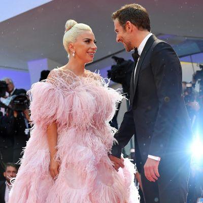 Laulaja-näyttelijä Lady Gaga sekä näyttelijä-ohjaaja Bradley Cooper Venetsiassa 31. elokuuta.