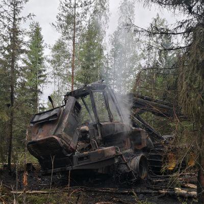 Palanut työmaakone Lohjalla. Työmaakoneen kuljettajan alkusammutusyritys ei tehonnut rajuun moottoritilasta syttyneeseen tulipaloon.