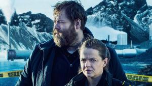 Polisserna Andri och Hinrika på promobild för isländska tv-serien Fångades andra säsong.