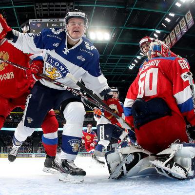 Bökigt framför mål mellan Finland och Ryssland i Helsingforsturneringen i ishockey 2019.
