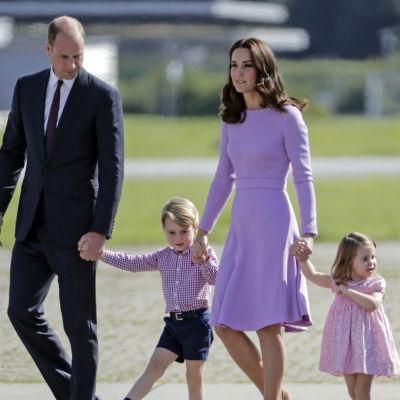 Hertigen och hertiginnan av Cambridge med sina barn George och Charlotte.