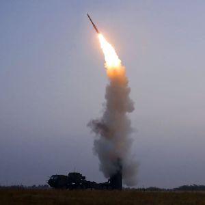 Den statliga nordkoreanska nyhetsbyrån KCNA publicerade den här bilden på en projektil som avfyras från ett fordon, som bevis på den senaste provskjutningen.