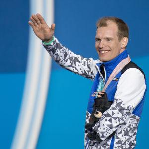Ilkka Tuomisto, med sin bronsmedalj i Paralympics 2018.