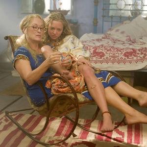 Donna (Meryl Streep) och Rosie (Amanda Seyfried) sitter tillsammans i en stol och Donna lackar Sophies tånaglar.