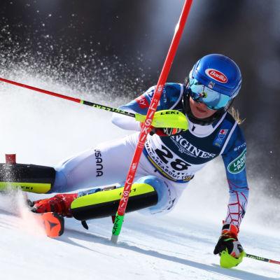Mikaela Shiffrin åker slalom i VM.