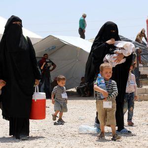 Kvinnor och barn på fånglägret al-Hol i Syrien.