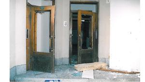 Porten bredvid Mikael Nybergs kontor. Alla tre dörrar har gått sönder.