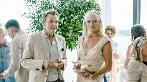 Fredrik Skavlan möter Mickan (Josephine Bornebusch) på en