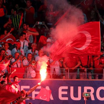 Turksiska fans tände facklor under gruppspelsmatchen mot Spanien i fotbolls-EM.