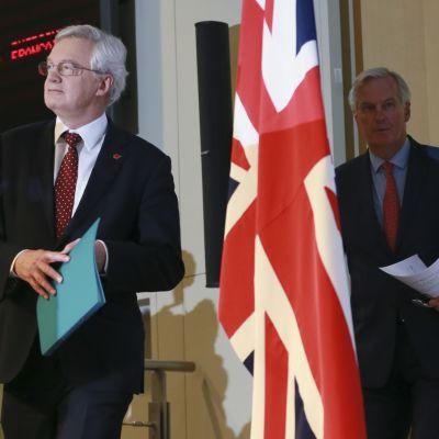 Britannian brexit-ministeri David Davis ja EU:n pääneuvottelija Michel Barnier (oik.) lehdistötilaisuudessa Brysselissä.