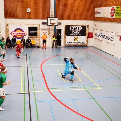 Futsalin pelaajia kentällä Kemin Tervahallissa
