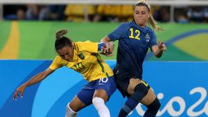 Marta (t.v) i en närkamp med Sveriges Olivia Schough