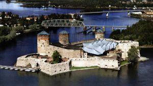 Operafestspelen går av stapeln i Olofsborg som ligger mitt i det vackraste insjöfinland.