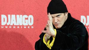Quentin Tarantino med svart mössa