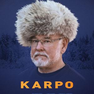 hannu karpo i en enorm skinnmössa på planschen till filmen KARPO