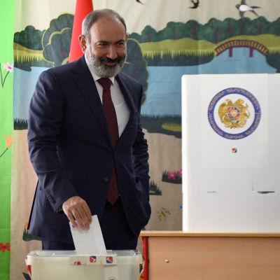 Armeniens premiärminister Nikol Pasjinjan lägger sin röstsedel i urnan under parlamentsvalet.