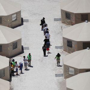 Barn syns vid ett tältläger i Tornillo, Texas, vid gränsen till Mexiko.