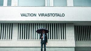 Juhani Seppänen valtion virastotalon edessä.