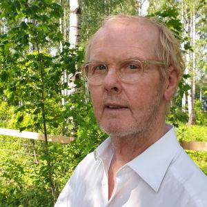 Muotitaiteilija Matti Seppänen koivikossa