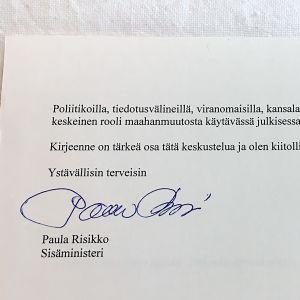 Slutet av inrikesminister Paula Risikkos brev till dem som är missnöjda med asylpolitiken. Skrivet på maskin och undertecknat för hand.