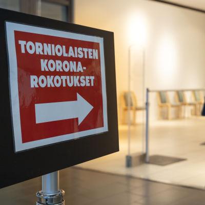 Nainen menossa ottamaan koronarokotetta Tornion uuteen massarokotepisteeseen