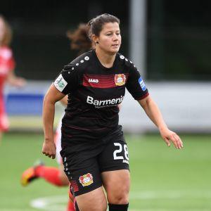 Gentjana Rochi i Bayer Leverkusens tröja.