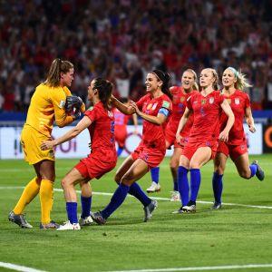 USA:s spelare rusar fram och gratulerar målvakten Alyssa Naeher.