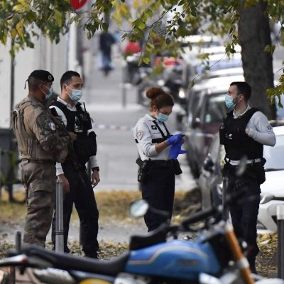 Säkerhets- och nödpersonal på plats i Lyon, Frankrike där en skottlossning inträffat den 31 oktober 2020.