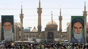 En självmordsbombare tog sig in i Ayatlooah Khomeinis gravmonument och sköt omkring sig innan han utlöste sitt bombbälte