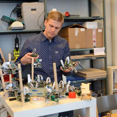 Thomas Höglund förevisar 3D-scannern på Vaasa hacklab.