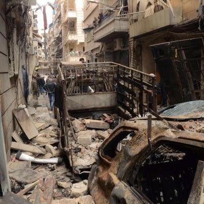 Spåren efter en raketattack från rebellsidan i regimkontrollerade delar av Aleppo 11.4.2014
