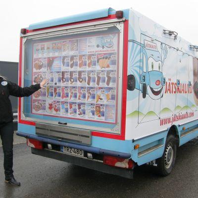 jäätelöauto ja myyjä