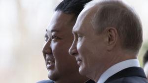 Kim Jong-Un och Vladimir Putin poserar för kameror efter toppmötet i Vladivostok.