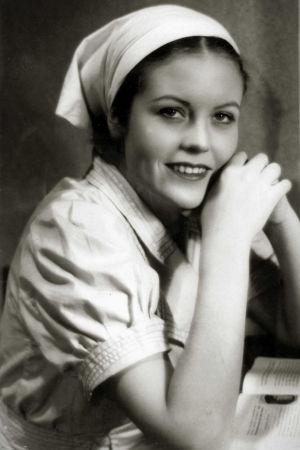 Irma Seikkula Juurakon Huldana Valentin Vaalan ohjaamassa, Hella Wuolijoen näytelmään perustuvassa elokuvassa (1937).