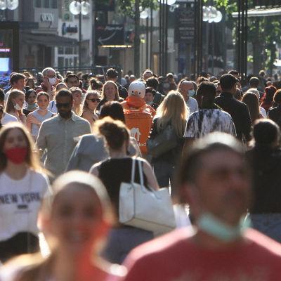 Mycket folk på shoppinggatan Schildergasse i centrala Köln efter att många butiker öppnat sina dörrar igen.