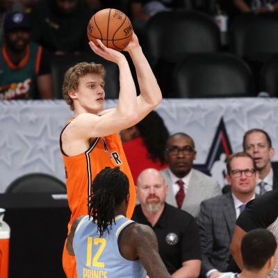 Lauri Markkanen skjuter ett distansskott för Chicago Bulls i NBA.