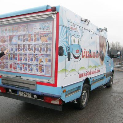 Tiia Frigård ajaa jäätelöautoa.
