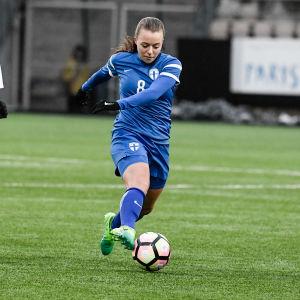 Olga Ahtinen i en VM-kvalmatch mot Israel 2017.