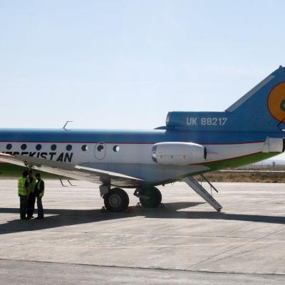 Ett Uzbekistan airways-plan på flygplatsen i staden Navoi i sydvästra Uzbekistan.