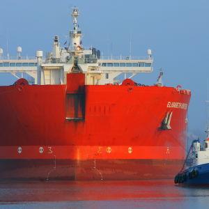 Oljetankern Elisabeth Knutsen bogseras till hamnen i Rostock, Tyskland