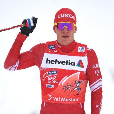 Aleksandr Bolsjunov höjer näven i luften vid målgång.