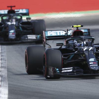 Lewis Hamilton skuggar Valtteri Bottas på banan i lördagens tidskval.