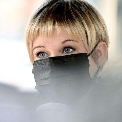 Vetenskaps- och kulturminister Annika Saarikko (C) den 22 april 2021. Hon bär ett svart munskydd.