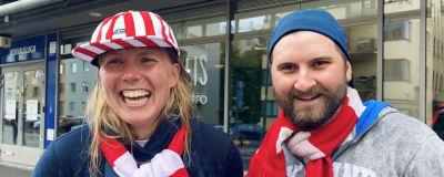 Anna Martola och Emil Svedlund står utanför Tölö fotbollsstadion iklädda HIFK-halsdukar och ser väldigt glada ut.