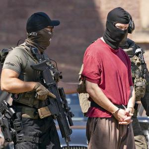 Poliisin erikoisjoukot saattavat Walter Lübcken murhasta epäiltyä miestä.