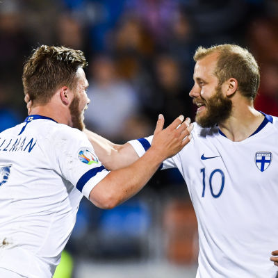 Benjamin Källman och Teemu Pukki firar.