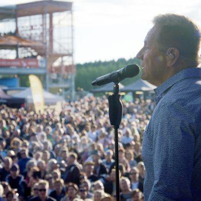Dokumentaarinen musiikkisarja farjoaa tunnelmapaloja suomalaisten tähtien ja yleisön festivaalihetkistä.