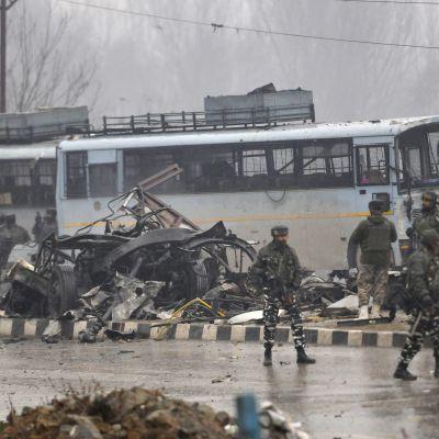 Ainakin 40 ihmistä kuoli pommi-iskussa Intian Kashmirissa 14.2.2019.
