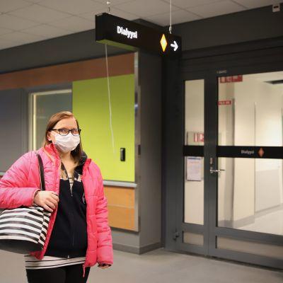 Soinilainen Marika Ploom seisoo dialyysiosaston edessä Seinäjoen keskussairaalassa.